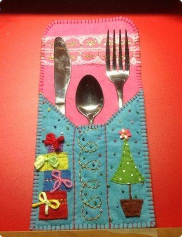нвчала активно готовиться к Новогодним праздникам и решила украсить свой новогодний стол не только блюдами, но и интересными штучками  сшила вот такие кармашки для столовых приборов. это полностью моя разработка, нарисовала , выкроила и воплотила. Так что делюсь с вами фото 10