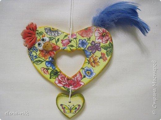 После моего голубого сердечного петушка захотелось еще одного сделать, с другой салфеткой. Так появился такой же петушок, но с другой расцветкой. фото 1