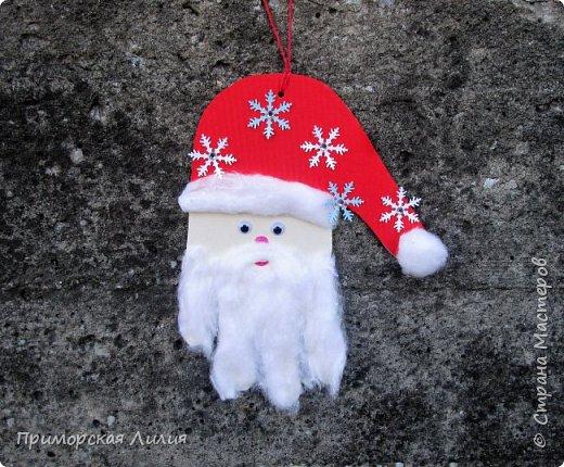Еще одна новогодняя поделка для творчества с детьми. Все просто: обводим ладошку, оформляем шапочку и делаем бороду из ваты. фото 1
