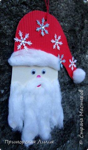 Еще одна новогодняя поделка для творчества с детьми. Все просто: обводим ладошку, оформляем шапочку и делаем бороду из ваты. фото 3