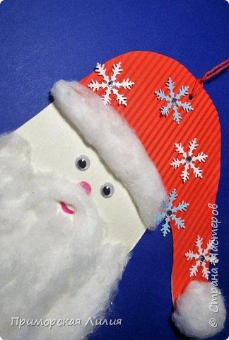 Еще одна новогодняя поделка для творчества с детьми. Все просто: обводим ладошку, оформляем шапочку и делаем бороду из ваты. фото 2