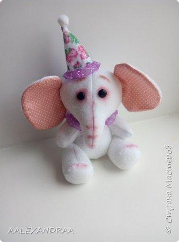 У меня есть друг слонёнок, Он совсем ещё ребёнок, Тем не менее сполна Уж похож он на слона. Хобот у него и уши- Чтобы маму с папой слушать. У него четыре ножки, Словно столбики в сапожках. Хвостик сзади не торчит,  А верёвочкой висит. Бивней у слонёнка нет, Будут через много лет. От природы непоседа, Ходит он за мамой следом. Постоянно он в походах Ощущает мамин хобот. Ведь в походах, может статься, Можно в джунглях затеряться. Чтоб конфузу не случиться , Маме в хвост нужо вцепиться. Так они идут играя, Долгий путь одолевая. Всё у них всегда ладком, Хвост же служит поводком.    Г.Ронин фото 4