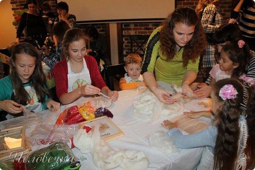 """В нашем городе впервые состоялся семейный фестиваль """"Sova Fest"""". Мы тоже приняли участие с рукодельными товарами и мастер-классами. Немного устали, но очень довольны! Ждём следующего!) Заставляем столики своими творениями... фото 15"""