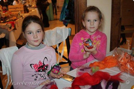 """В нашем городе впервые состоялся семейный фестиваль """"Sova Fest"""". Мы тоже приняли участие с рукодельными товарами и мастер-классами. Немного устали, но очень довольны! Ждём следующего!) Заставляем столики своими творениями... фото 18"""