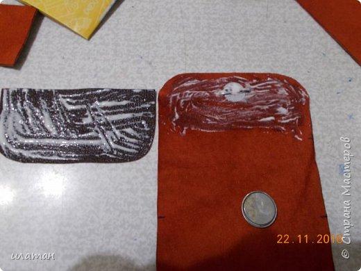 Вот такие монетницы предлагаю сегодня сделать . Для работы мне понадобилась кожа,нитки, магниты и липучка велкро. А так же ножницы и лист бумаги А4 для выкройки. фото 7
