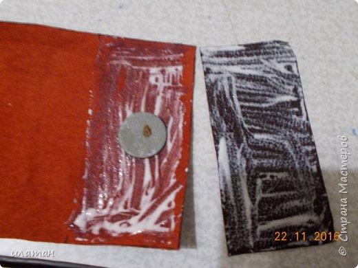 Вот такие монетницы предлагаю сегодня сделать . Для работы мне понадобилась кожа,нитки, магниты и липучка велкро. А так же ножницы и лист бумаги А4 для выкройки. фото 9