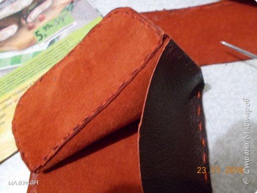 Вот такие монетницы предлагаю сегодня сделать . Для работы мне понадобилась кожа,нитки, магниты и липучка велкро. А так же ножницы и лист бумаги А4 для выкройки. фото 17