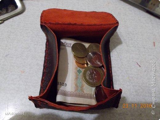 Вот такие монетницы предлагаю сегодня сделать . Для работы мне понадобилась кожа,нитки, магниты и липучка велкро. А так же ножницы и лист бумаги А4 для выкройки. фото 2