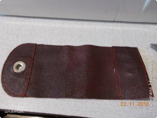 Вот такие монетницы предлагаю сегодня сделать . Для работы мне понадобилась кожа,нитки, магниты и липучка велкро. А так же ножницы и лист бумаги А4 для выкройки. фото 27