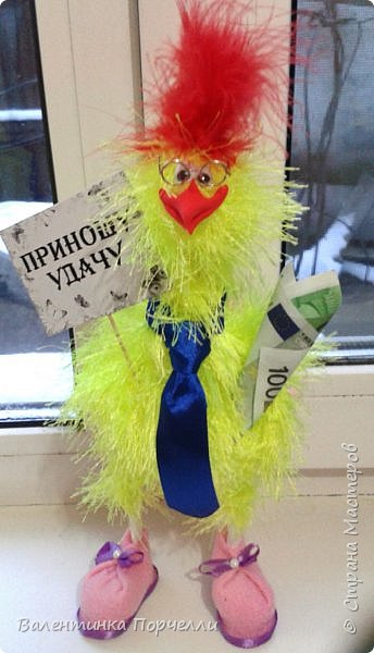Добрый вечер Страна!!!Давненько я ничего не показывала,больше посещала Страну как гостья))Но настал и мой черёд показать своих птичек и не только.Может кому пригодятся и мои идейки.буду только рада! Итак!Мои петушки сшиты из флиса .Выкройку и идею взяла у Марианны Аверьяновой.Вот её МК    http://stranamasterov.ru/node/1048386     ,только немного видоизменила клюв и глаза.Спасибо больщое за её выкройки и саму идею! фото 11