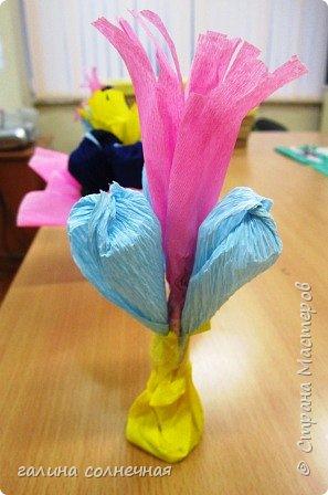Поздравляю всех мам и бабушек с праздником МАМЫ. Пусть дети радуют вас и дарят вам цветы. Гофробумага, кусочек пластилина, зубочистки, ножницы и желание сделать букет- вот, что надо. 5 цветов крокусов завязала ниткой у основания, внутри каждого по зубочистке. Зубочистки воткнула в кусочек пластилина. Гофробумагой розового и зеленого цвета обвернула букет и снаружи обвязала белой ниткой. В центр добавила кусочек свернутой, желтой, надрезанной гофробумаги, которая тоже с зубочисткой в пластилине. Да, цветы из гофробумаги (для цветов), их надо увеличить, растянув бумагу пальцами, создав объем. Мальчики  и девочки сделали свои букеты. Выбор, форма букета по их желанию. фото 3