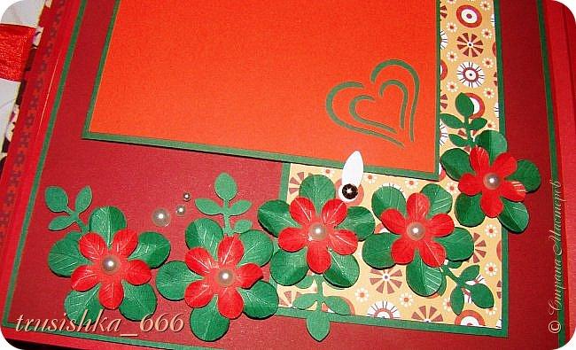 И еще одна работа на сегодня. Это альбом на свадьбу, также заказала сестра, свадьба в красно-зеленом цвете, поэтому и альбом такой. Бумагу выбирала сестра, остальное на мое усмотрение. Альбом размером 18х25 см на 32 фотографии 10х15 и 5 фотографий 15х20.  Очень тяжело давался, да и времени в обрез было. Вот что получилось. фото 17