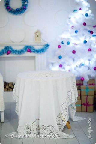Решила вышить в подарок дочери скатерть! На белом фоне белыми нитками-это и красиво и очень стильно, как морозные узоры!Вышивала скатерть три года, правда отвлекалась на другие виды рукоделия. Результатом осталась довольна! Дочь увезла скатерть к себе в Мурманск и там сделала фото сессию у хорошего фотографа. Скатерть очень большая, на стол, который раскладывается(стол-раскладушка с двумя крыльями) . Для фотографий в студии выбрали стол поменьше и круглый, а скатерть прямоугольная. фото 7