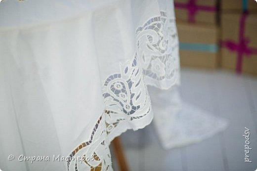 Решила вышить в подарок дочери скатерть! На белом фоне белыми нитками-это и красиво и очень стильно, как морозные узоры!Вышивала скатерть три года, правда отвлекалась на другие виды рукоделия. Результатом осталась довольна! Дочь увезла скатерть к себе в Мурманск и там сделала фото сессию у хорошего фотографа. Скатерть очень большая, на стол, который раскладывается(стол-раскладушка с двумя крыльями) . Для фотографий в студии выбрали стол поменьше и круглый, а скатерть прямоугольная. фото 5