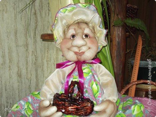 Здравствуйте, дорогие мои жители Страны! Сегодня я к вам с куклами. Знакомьтесь.  Это бабушка с корзинкой - пакетница. фото 1