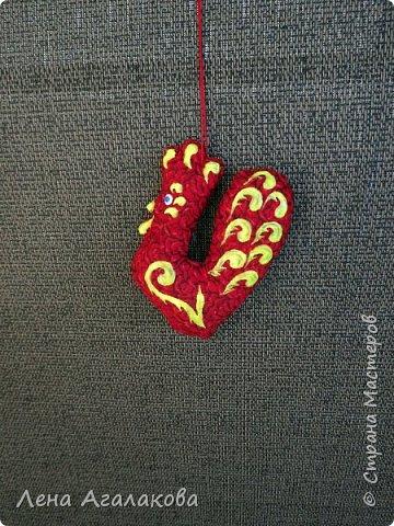 Ну вот и закончены мои Красные петушки, золотые гребешки на ярмарку из ткани, расписаны красками . Все немного разные. фото 6