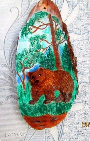 мишка в лесу,  раскрасила фон акрилом потом лепила.к сожалению не видно как блестит,красила перламутровым акрилом. фото 1