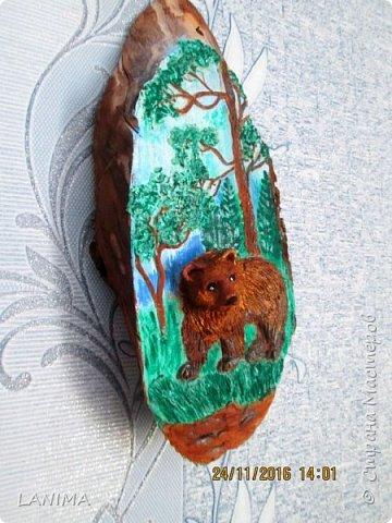мишка в лесу,  раскрасила фон акрилом потом лепила.к сожалению не видно как блестит,красила перламутровым акрилом. фото 2