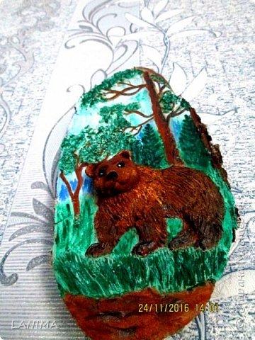 мишка в лесу,  раскрасила фон акрилом потом лепила.к сожалению не видно как блестит,красила перламутровым акрилом. фото 3