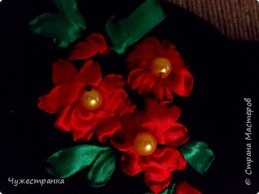 И снова здравствуйте )  к нам снова пришла такая красивая пора как зима, решила немного приукрасить перчатки. А то они кроме уныния ничего не вызывают. А всегда хочется ощущение праздника особенно зимой и не посредственно перед новым годом так как  я недавно научилась вышивать лентами то решила вышить на перчатках цветы ) Для работы я взяла 2 пары перчаток,  ленты 0.5, игла для вышивки лентами и бусины для сердцевины. Что из этого вышло вы можете посмотреть сами )  фото 4