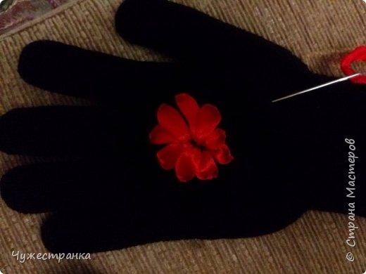 И снова здравствуйте )  к нам снова пришла такая красивая пора как зима, решила немного приукрасить перчатки. А то они кроме уныния ничего не вызывают. А всегда хочется ощущение праздника особенно зимой и не посредственно перед новым годом так как  я недавно научилась вышивать лентами то решила вышить на перчатках цветы ) Для работы я взяла 2 пары перчаток,  ленты 0.5, игла для вышивки лентами и бусины для сердцевины. Что из этого вышло вы можете посмотреть сами )  фото 2