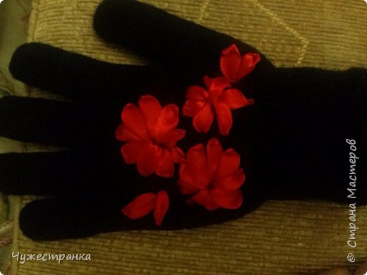 И снова здравствуйте )  к нам снова пришла такая красивая пора как зима, решила немного приукрасить перчатки. А то они кроме уныния ничего не вызывают. А всегда хочется ощущение праздника особенно зимой и не посредственно перед новым годом так как  я недавно научилась вышивать лентами то решила вышить на перчатках цветы ) Для работы я взяла 2 пары перчаток,  ленты 0.5, игла для вышивки лентами и бусины для сердцевины. Что из этого вышло вы можете посмотреть сами )  фото 3