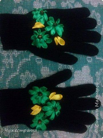 И снова здравствуйте )  к нам снова пришла такая красивая пора как зима, решила немного приукрасить перчатки. А то они кроме уныния ничего не вызывают. А всегда хочется ощущение праздника особенно зимой и не посредственно перед новым годом так как  я недавно научилась вышивать лентами то решила вышить на перчатках цветы ) Для работы я взяла 2 пары перчаток,  ленты 0.5, игла для вышивки лентами и бусины для сердцевины. Что из этого вышло вы можете посмотреть сами )  фото 7