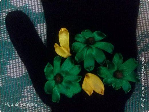 И снова здравствуйте )  к нам снова пришла такая красивая пора как зима, решила немного приукрасить перчатки. А то они кроме уныния ничего не вызывают. А всегда хочется ощущение праздника особенно зимой и не посредственно перед новым годом так как  я недавно научилась вышивать лентами то решила вышить на перчатках цветы ) Для работы я взяла 2 пары перчаток,  ленты 0.5, игла для вышивки лентами и бусины для сердцевины. Что из этого вышло вы можете посмотреть сами )  фото 6