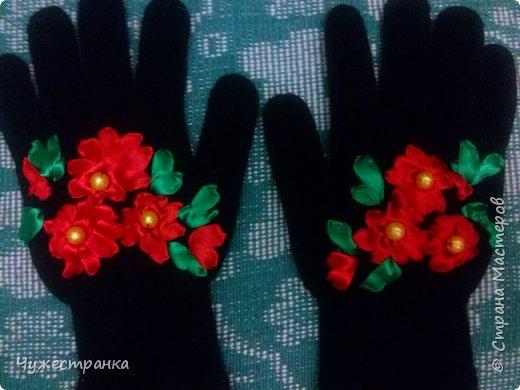 И снова здравствуйте )  к нам снова пришла такая красивая пора как зима, решила немного приукрасить перчатки. А то они кроме уныния ничего не вызывают. А всегда хочется ощущение праздника особенно зимой и не посредственно перед новым годом так как  я недавно научилась вышивать лентами то решила вышить на перчатках цветы ) Для работы я взяла 2 пары перчаток,  ленты 0.5, игла для вышивки лентами и бусины для сердцевины. Что из этого вышло вы можете посмотреть сами )  фото 5