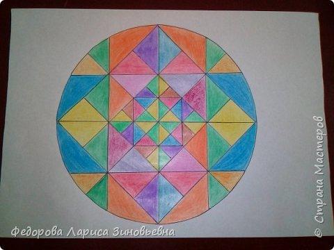 Добрый день всем. Сегодня я предлагаю вашему вниманию мандалы. Это такие рисунки, которые делаются в круге. Мы решили с ребятами на уроке ИЗО попробовать нарисовать такие рисунки.  Должна сказать. что детям очень понравилась такая работа. Ученики 4 класса сами придумали узоры. фото 1
