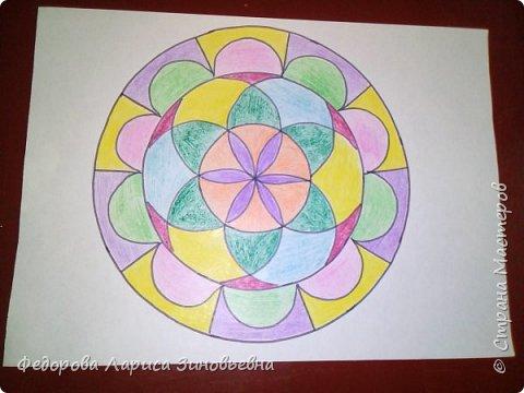 Добрый день всем. Сегодня я предлагаю вашему вниманию мандалы. Это такие рисунки, которые делаются в круге. Мы решили с ребятами на уроке ИЗО попробовать нарисовать такие рисунки.  Должна сказать. что детям очень понравилась такая работа. Ученики 4 класса сами придумали узоры. фото 2