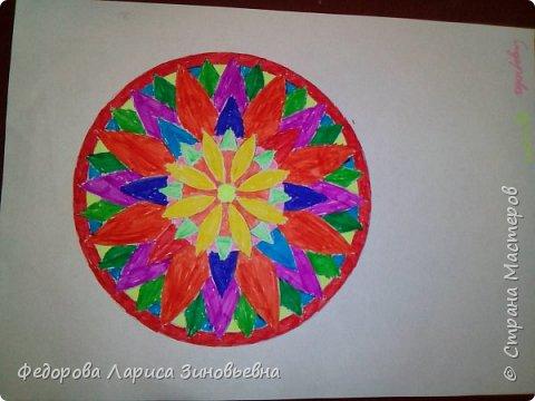 Добрый день всем. Сегодня я предлагаю вашему вниманию мандалы. Это такие рисунки, которые делаются в круге. Мы решили с ребятами на уроке ИЗО попробовать нарисовать такие рисунки.  Должна сказать. что детям очень понравилась такая работа. Ученики 4 класса сами придумали узоры. фото 3