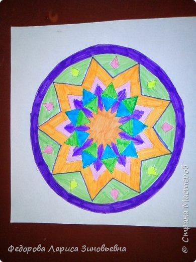 Добрый день всем. Сегодня я предлагаю вашему вниманию мандалы. Это такие рисунки, которые делаются в круге. Мы решили с ребятами на уроке ИЗО попробовать нарисовать такие рисунки.  Должна сказать. что детям очень понравилась такая работа. Ученики 4 класса сами придумали узоры. фото 4