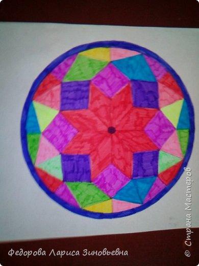 Добрый день всем. Сегодня я предлагаю вашему вниманию мандалы. Это такие рисунки, которые делаются в круге. Мы решили с ребятами на уроке ИЗО попробовать нарисовать такие рисунки.  Должна сказать. что детям очень понравилась такая работа. Ученики 4 класса сами придумали узоры. фото 5