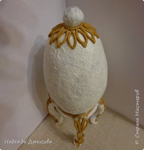 """Дорогие жители чудесной Страны. На основе двух моих предыдущих МК - """"Пластилиновый барельеф"""" и """"Золотой петушок"""", сделала сувенирное яйцо. Подарю его одной пожилой даме. Небольшой жизненный анекдот. Приходит как-то мой младший сын и говорит:""""Это  Оля, моя невеста! А её бабушку зовут Муза Александровна, точно также как и мою бабушку, твою маму!!!!!!!!"""" Моему удивлению не было предела! Вот для Музы Александровны, которой исполнилось 85 лет, этот подарок. фото 5"""