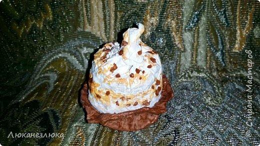 Доброе время суток , друзья!!!  Решила я сделать вот такое украшение на елку , никакой МК не использовала  ,просто делала как вздумается ...я давно не равнодушна к такому десерту ...хоть в жизни с такого разряда сладостей, ела только в далеком детстве ,,Корзиночку с кремом,, ...    На искусственные пироженки нужно добавить только ленточку завязав на бантик (петельки с проволочки уже вставила в поделку)  и можно украшать елочку! фото 7