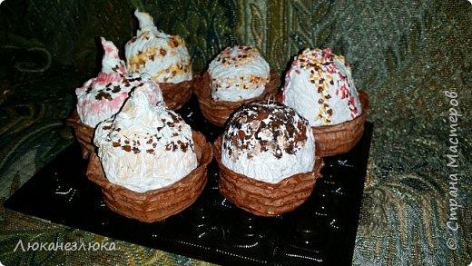 Доброе время суток , друзья!!!  Решила я сделать вот такое украшение на елку , никакой МК не использовала  ,просто делала как вздумается ...я давно не равнодушна к такому десерту ...хоть в жизни с такого разряда сладостей, ела только в далеком детстве ,,Корзиночку с кремом,, ...    На искусственные пироженки нужно добавить только ленточку завязав на бантик (петельки с проволочки уже вставила в поделку)  и можно украшать елочку! фото 1