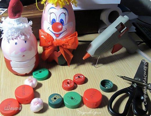 Клоун из пластиковой бутылки и крышечек 30 см. фото 4