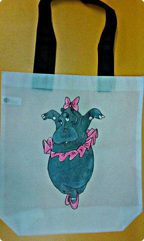 Как же я люблю бегемотиков) В этот раз я решила его нарисовать (точнее ее) на сумке)) К сожалению фото процесса было утеряно, вместе с телефоном( Рисовала акриловыми красками для ткани, использовала также неоновый розовый и белый перламутр. фото 2
