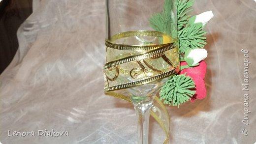 Здравствуйте Мастера и Мастерицы! У меня сегодня отличное настроение! Чего и вам всем желаю. Моя коллега по работе пригласила на свою свадьбу, которая будет в первых числах января. Захотелось молодым, чтобы всё вокруг было не только свадебное, но и новогоднее. Букет заказан из еловых веток с белыми и красными розами. Оформление соответственное. Попросили меня сделать бокалы в том же духе. А я их никогда не делала, вернее не оформляла.  Решила попробовать. А почему нет? Вот что из этой затеи получилось. Утром один, днём переделка, вечером второй, и на другое утро бутоньерка. Строго не судите, это мой первый опыт фото 3