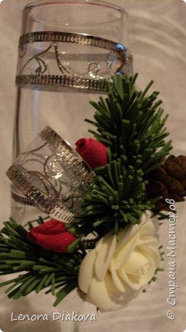 Здравствуйте Мастера и Мастерицы! У меня сегодня отличное настроение! Чего и вам всем желаю. Моя коллега по работе пригласила на свою свадьбу, которая будет в первых числах января. Захотелось молодым, чтобы всё вокруг было не только свадебное, но и новогоднее. Букет заказан из еловых веток с белыми и красными розами. Оформление соответственное. Попросили меня сделать бокалы в том же духе. А я их никогда не делала, вернее не оформляла.  Решила попробовать. А почему нет? Вот что из этой затеи получилось. Утром один, днём переделка, вечером второй, и на другое утро бутоньерка. Строго не судите, это мой первый опыт фото 10