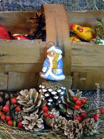 Начала создавать коллекцию елочных игрушек на шишках. Это только самое начало, наборчик будет пополнятся) Идею таких игрушек подсмотрела в интернете. Фигурки слеплены из самозастывающей глины, раскрашены акрилом. фото 7
