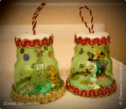 ёлочные игрушки из одноразовых пластиковых стаканчиков и игрушек от киндера фото 1
