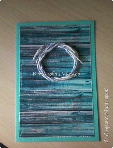 Превратим нашу открытку в мини-дверь с новогодним веночком. Для работы нам понадобятся цветной картон для основы, картон, близкий по окраске к дереву, бинт, белая офисная бумага, бусинки, шишечки, колокольчики, вспененный скотч. фото 9