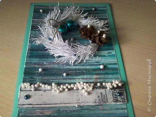 Превратим нашу открытку в мини-дверь с новогодним веночком. Для работы нам понадобятся цветной картон для основы, картон, близкий по окраске к дереву, бинт, белая офисная бумага, бусинки, шишечки, колокольчики, вспененный скотч. фото 16