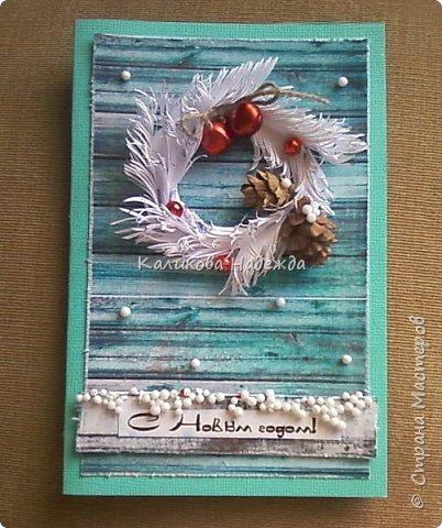 Превратим нашу открытку в мини-дверь с новогодним веночком. Для работы нам понадобятся цветной картон для основы, картон, близкий по окраске к дереву, бинт, белая офисная бумага, бусинки, шишечки, колокольчики, вспененный скотч. фото 19