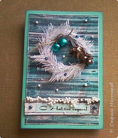 Превратим нашу открытку в мини-дверь с новогодним веночком. Для работы нам понадобятся цветной картон для основы, картон, близкий по окраске к дереву, бинт, белая офисная бумага, бусинки, шишечки, колокольчики, вспененный скотч. фото 20