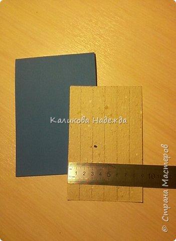 Превратим нашу открытку в мини-дверь с новогодним веночком. Для работы нам понадобятся цветной картон для основы, картон, близкий по окраске к дереву, бинт, белая офисная бумага, бусинки, шишечки, колокольчики, вспененный скотч. фото 2