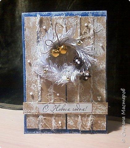 Превратим нашу открытку в мини-дверь с новогодним веночком. Для работы нам понадобятся цветной картон для основы, картон, близкий по окраске к дереву, бинт, белая офисная бумага, бусинки, шишечки, колокольчики, вспененный скотч. фото 1