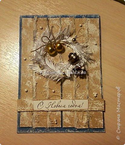 Превратим нашу открытку в мини-дверь с новогодним веночком. Для работы нам понадобятся цветной картон для основы, картон, близкий по окраске к дереву, бинт, белая офисная бумага, бусинки, шишечки, колокольчики, вспененный скотч. фото 15
